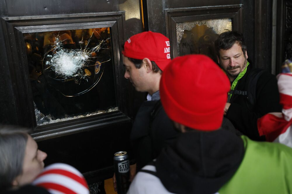 Göstericiler Kongre binasına girmeye çalıştı.