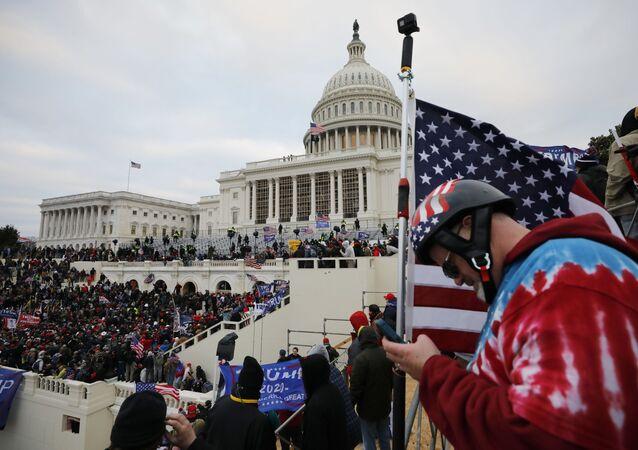 Mitingde konuşan ABD Başkanı Trump, destekçilerini Kongre binasına yürümeye çağırdı.