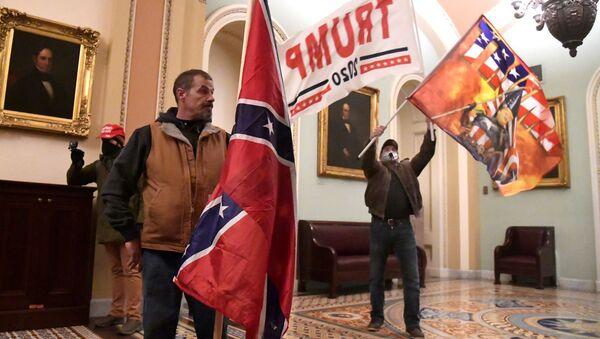 ABD Kongre binasına giren protestoculardan bazıları binanın içindeki anları görüntülediler. Güvenlik görevlileri zaman zaman çekimlere müdahale etmedi. - Sputnik Türkiye