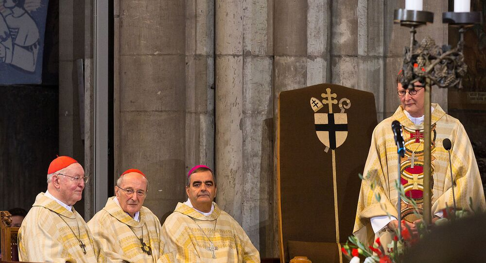 Köln BaşpiskoposuRainer Maria Woelki (ayakta) ve Alman Katolik Kilisesi'nin diğer yetkilileri