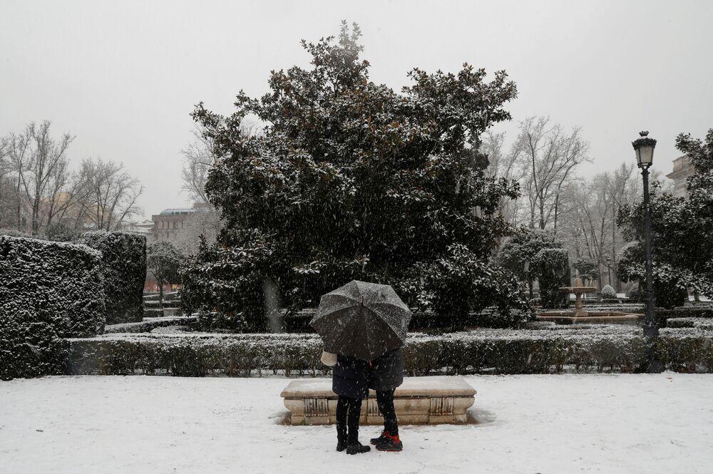 Öte yandan Madrid Belediyesi, kar yağışına karşı önlemlerini artırdı. Madrid Belediye Başkanı Jose Luis Martinez Almeida, basına yaptığı açıklamada, kar kalınlığının 20 santimetreye kadar çıkmasını beklediklerini, 1850 profesyonel, 3 bin 500 gönüllü ve 732 araçla her türlü önlemi almaya hazır olduklarını söyledi.