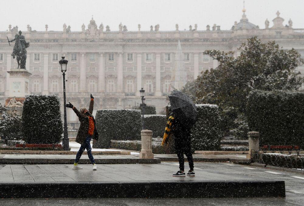 Son iki gündür Madrid sokaklarına 350 bin kilogram tuz ve 75 bin litre tuzlu su döküldüğü belirtildi. Kentte bu yoğunlukta bir kar yağışı en son 2009'da görülmüştü.