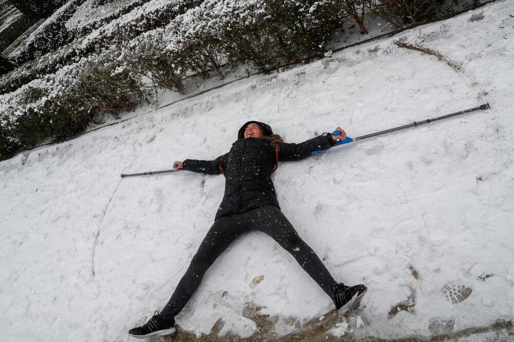 Bu arada, İspanya'yı etkisi altına alan 'filomena' adı verilen kasırgadan dolayı kar yağışı ve soğuk hava ülke genelinde etkili oluyor. Ülkenin kuzey bölgelerinde bazı yollar kapandı, doğudaki Valensiya özerk yönetimi de kötü hava şartlarından dolayı 25 belediyede okulların açılmasının 11 Ocak'tan sonraya ertelendiğini duyurdu.