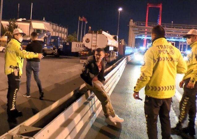 Denetim noktasından kaçıp polislere zor anlar yaşattılar: Ben aşk acısı çekiyorum