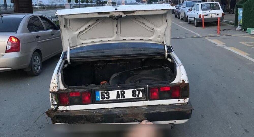Darp ettikleri kişiyi otomobilin bagajından çıkartıp sokak ortasına atarken yakalandılar