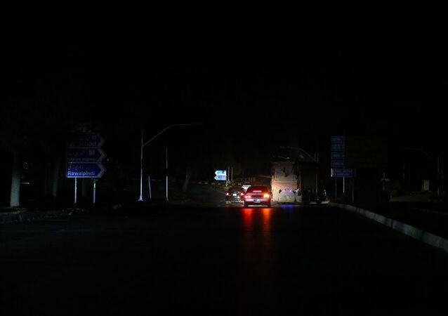 Pakistan'ın birçok şehrinde henüz belirlenemeyen nedenle yaşanan elektrik kesintisi yaşamı olumsuz etkiliyor. Aralarında başkent İslamabad'ın da olduğu Karaçi, Lahor, Multan ve Ravalpindi gibi çok sayıda şehir, güç kesintisi nedeniyle karanlığa gömüldü.
