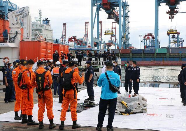 Endonezya'da Sriwijaya Havayolları'na ait yolcu uçağının denize düştüğü bölge genelinde arama kurtarma çalışmaları aralıksız sürüyor. Başkentin kuzeyinde yer alan Tanjung Priok Limanı'nda oluşturulan kriz merkezinde, asker, polis, ulusal arama kurtarma ajansı ve çeşitli sivil yardım toplum kuruluşlarından oluşan kurumlar, ayrı ayrı oluşturdukları birim merkezleri aracılığıyla arama kurtarma çalışmalarını koordineli olarak yürütmeye çalışıyor.