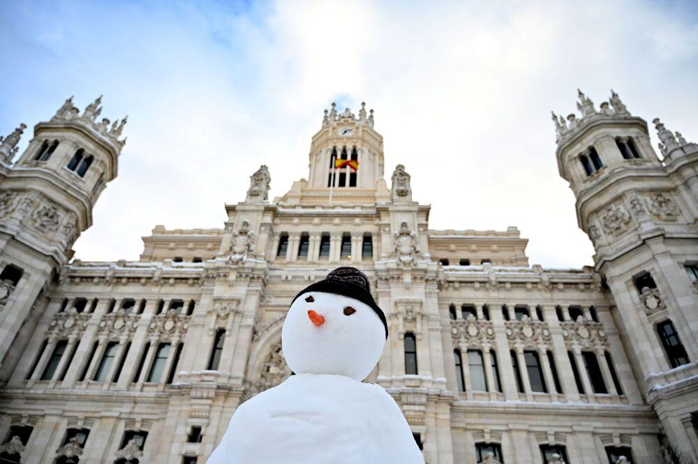 Cibeles Sarayı'nın önünde bir kardan adam- Madrid/ İspanya
