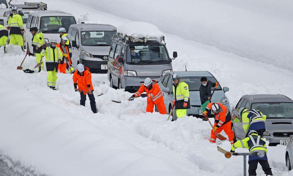 Japonya'da yoğun kar yüzünden yolda mahsur kalan araçlar