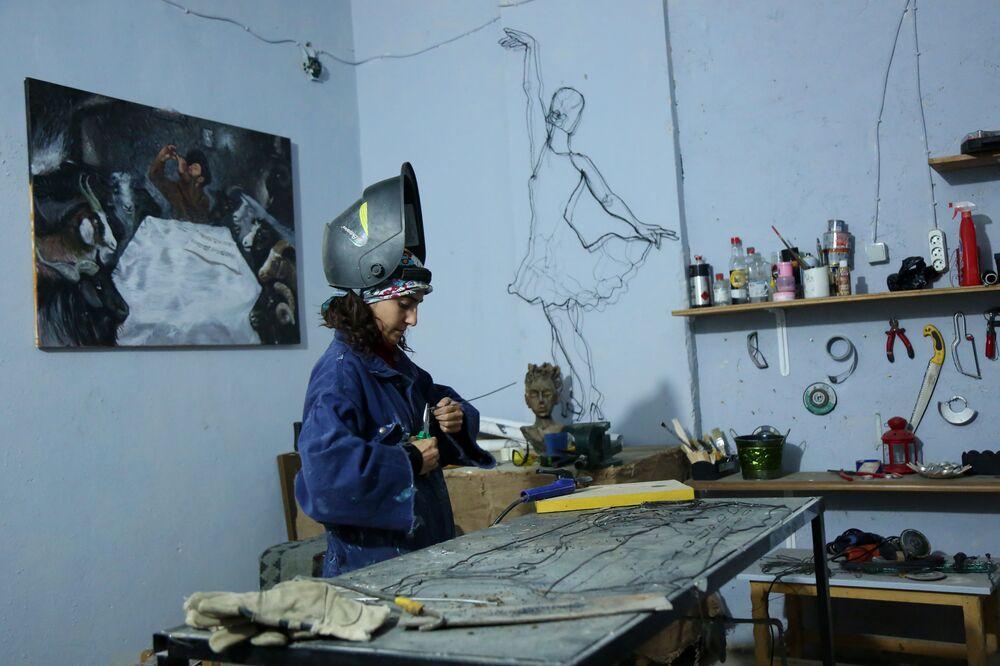Sanata resim ile başlayan ve daha sonra tel sanatı ile tanışan Daşğın'ın yapmış olduğu eserler sanat atölyelerinde sergileniyor.