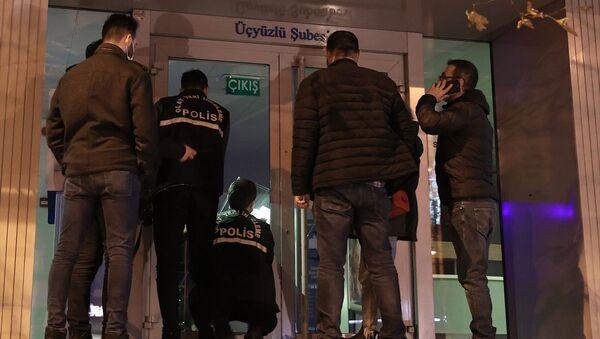 Esenler'de ATM'nin kartını yutmasına sinirlenen kişi bankanın camını kırdı - Sputnik Türkiye