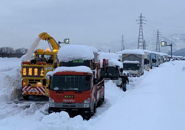 Japonyagenelinde etkisini sürdüren yoğun kar yağışı ve fırtınada hayatını kaybedenlerin sayısı 38'e ulaştı.