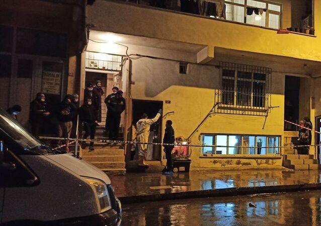 Esenler'de 4 katlı binanın bodrum katındaki evde çıkan yangında, 2 kardeş hayatını kaybetti.