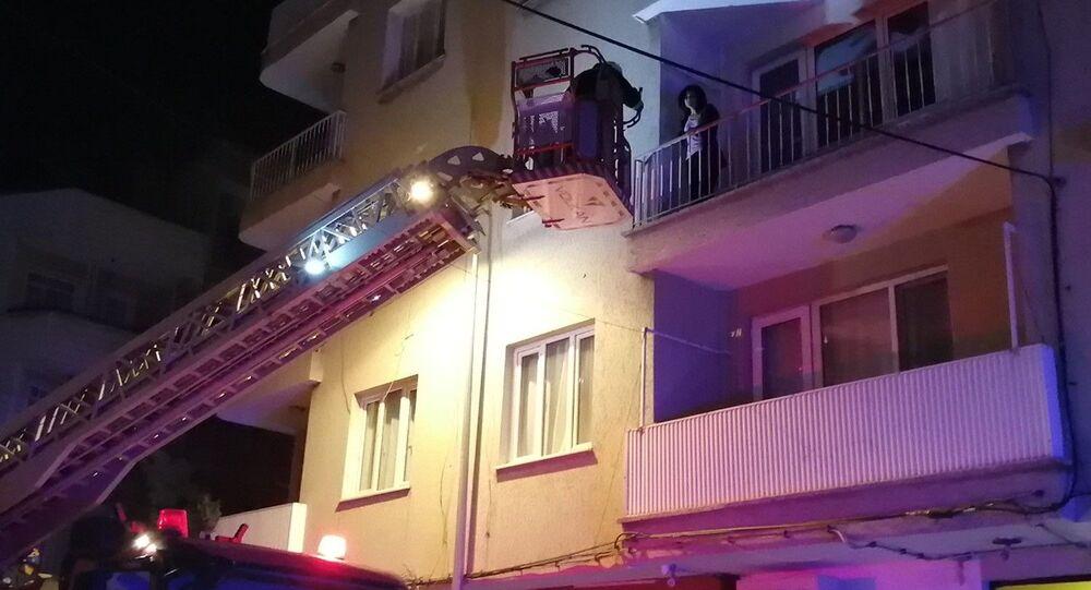 Manisa'da bir kadın 4'üncü kattan 3'üncü katın balkonuna düştü