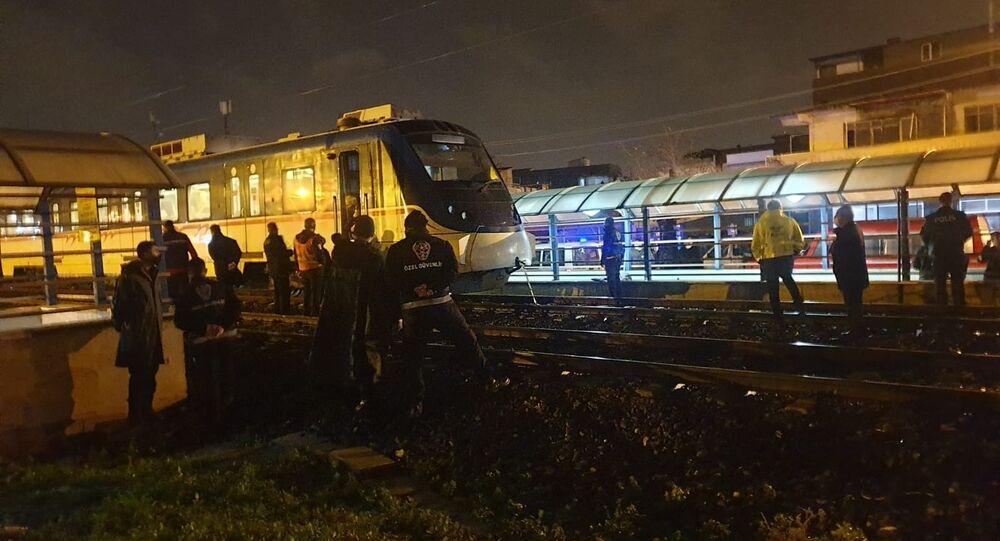 İzmir'in Buca ilçesinde bir kişi, sağanak yağış nedeniyle alt geçit suyla dolunca tren raylarından karşıya geçmek istedi. Raylardan geçen trenin çarptığı talihsiz genç olay yerinde hayatını kaybetti.