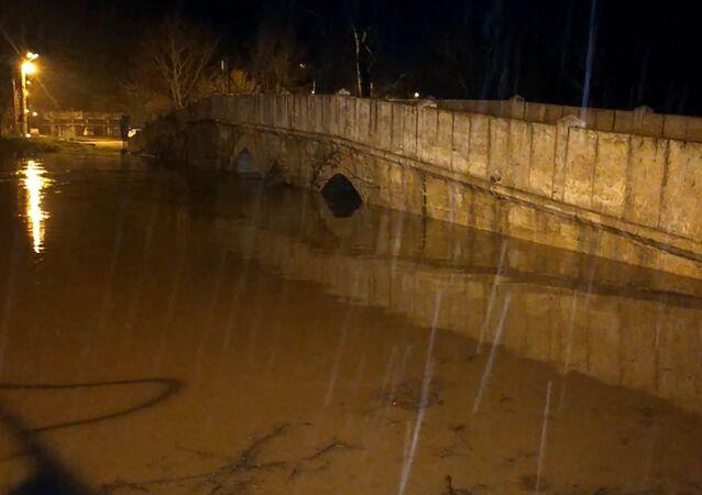 Edirne'de etkili olan sağanak yağış sebebiyle 32 saatte debisi 18 kat artan Tunca Nehri'nin bazı köprüleri yatağından taştı. Polis köprüleri araç ve yaya trafiğine kapattı.