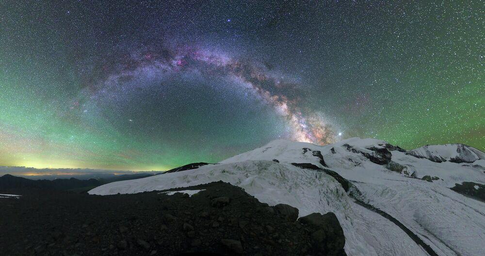 Elbrus Dağı'nın üzerindeki ışıklar Rusya'ya bağlı Kabardey Balkar Cumhuriyeti