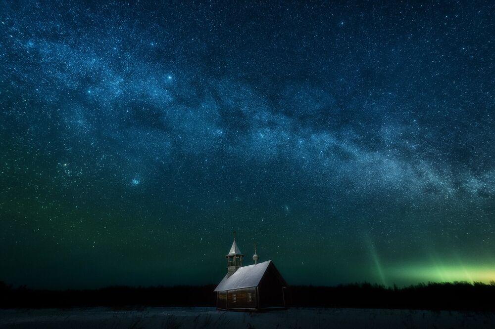 Arhangelsk bölgesinde çekilen kutup ışıklı manzara
