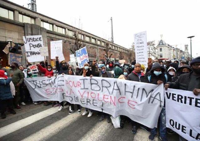Belçika'daki gösterilerde polis merkezinin girişi ve bir araç ateşe verildi, İbrahima protestosu