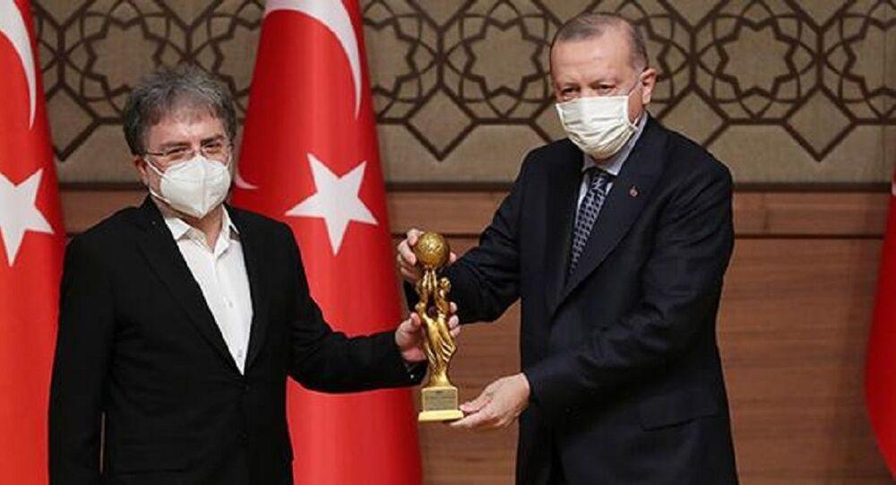 Ahmet Hakan ödülünü Cumhurbaşkanı Erdoğan'dan aldı
