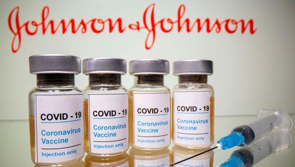 Johnson & Johnson (J&J) logosu önünde aşı ve şırınga - Sputnik Türkiye