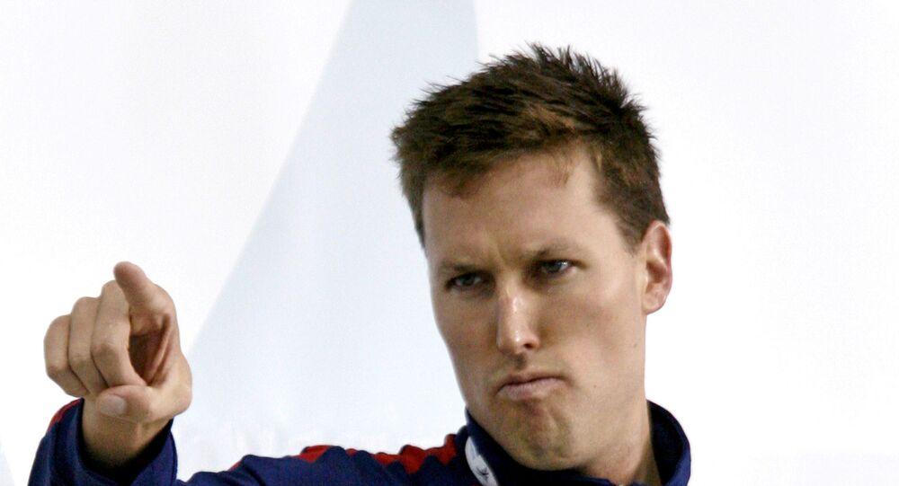 2006 Pan Pasifik yüzme şampiyonasında 200 metre serbest stilde altın madalya kazanan ABD'li Klete Keller kürsüde poz verirken