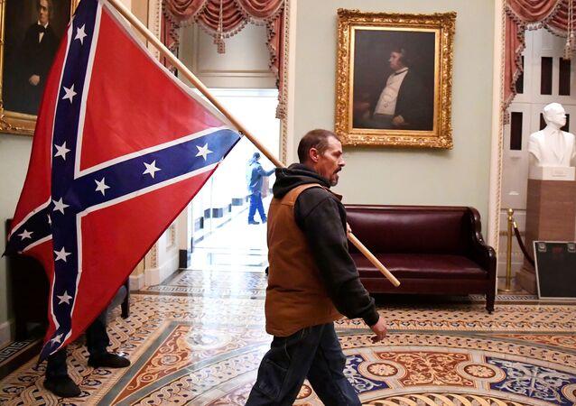 ABD'de Kongre baskınında Amerika Konfedere Devletleri bayrağı açan kişi gözaltına alındı
