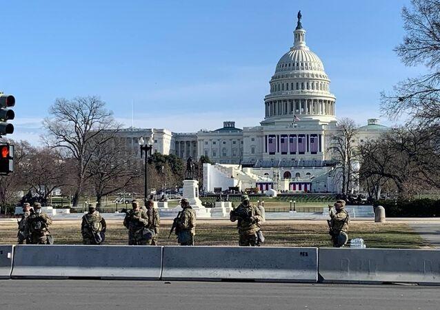 ABD'nin başkenti Washington DC'de seçilmiş Başkanı Joe Biden'ın 20 Ocak'taki yemin törenine sayılı günler kala güvenlik önlemlerine yönelik çalışmalara hız verilirken, Ulusal Muhafızlar, Kongre Binası çevresinde nöbetlerine devam ediyor.