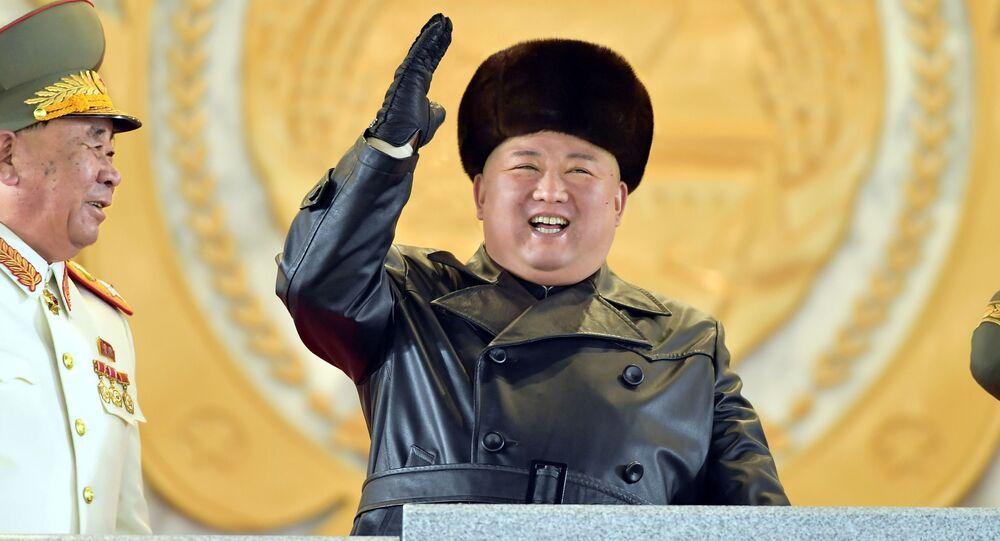 Başkent Pyongyang'daki Kim Il-sung Meydanı'nda düzenlenen töreni, deri ceket ve kürklü şapkasıyla dikkat çeken lider Kim Jong-un da izledi