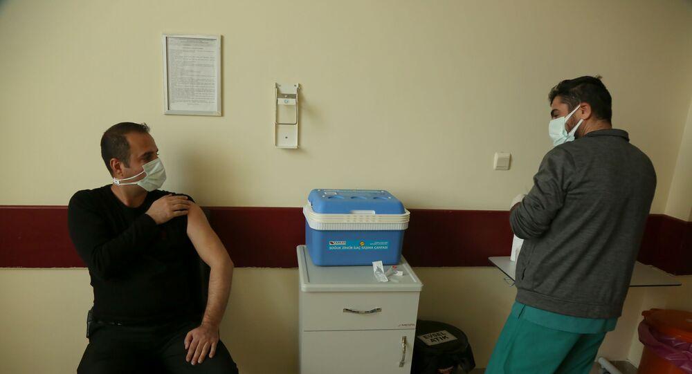 Sağlık çalışanlarına aşı uygulaması sürüyor: 'Aşı uygulaması her açıdan şeffaf olmalı'