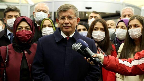 Gelecek Partisi Genel Başkanı Ahmet Davutoğlu, Ankara'da bir grubun saldırısına uğrayan partisinin Genel Başkan Yardımcısı Selçuk Özdağ'a geçmiş olsun ziyaretinde bulundu. - Sputnik Türkiye