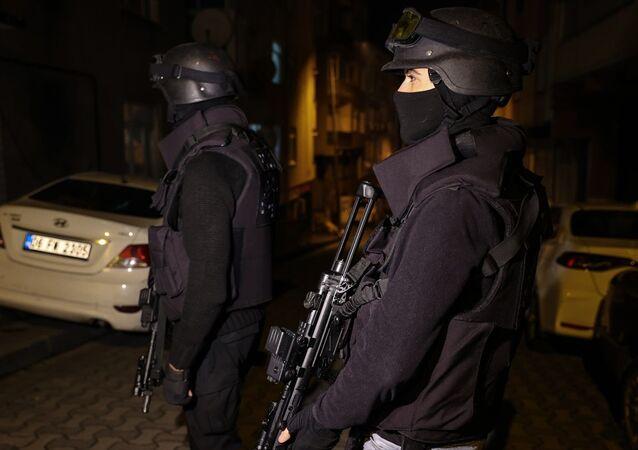 İstanbul'da terör örgütü PKK'ya yönelik operasyonda 8 kişi gözaltına alındı. İstanbul Emniyet Müdürlüğü Terörle Mücadele Şube Müdürlüğü ekipleri, örgütün Suriye yapılanması PYD/YPG ile sözde kırsal alan kadroları içerisinde faaliyette bulundukları ve yasa dışı yollarla İstanbul'a geldikleri belirlenen 5'i Suriye uyruklu 9 şüphelinin eylem arayışı içerisinde oldukları istihbaratı üzerine çalışma başlattı. Söz konusu soruşturma kapsamında, Bağcılar, Eyüpsultan, Kadıköy, Kağıthane ve Sancaktepe'de 9 adrese eş zamanlı operasyon düzenleyen polis ekipleri, 8 zanlıyı gözaltına aldı.