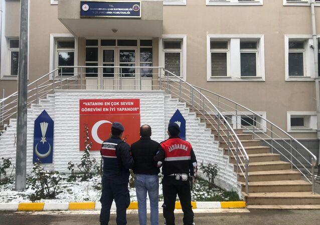 Ankara'nın Kahramankazan ilçesinde hırsızlık için girdiği evde sigara kullanan ve izmaritini olay yerinde bırakan hırsız DNA örneği sayesinde yakalandı. Ayrıca şüphelinin 8 farklı hırsızlık olayından arandığı tespit edildi.