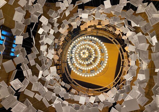 ABD'nin Grand Central İstasyonu'nunda sergilenen, 14 metrelik yükseklikte, tamamı gerçek 2 bin 600 üniversite diplomasından yapılmış ve degeri 470 milyon dolar olan, dünyanın en pahalı sanat eseri 'Da Vinci of Dept' ziyaretçi akınına uğradı.