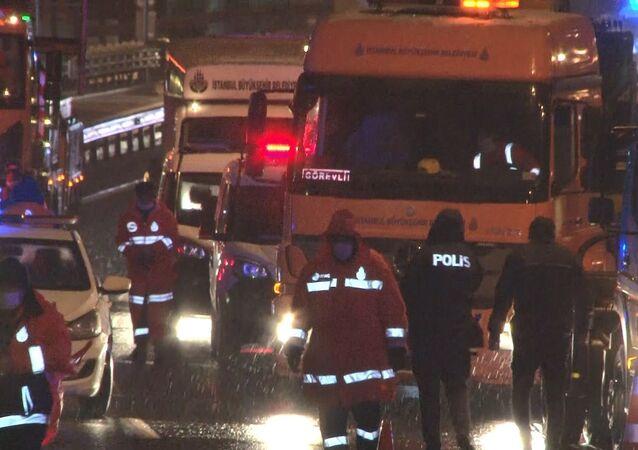 Haliç Köprüsü'nde kontrolünü kaybeden oto çekici, İBB'nin yol bakım aracına çarptı. Meydana gelen kazada 2 kişi hayatını kaybetti.