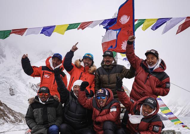 Dünyanın Everest'ten sonra en yüksek noktası olan K2 dağının zirvesine kış mevsiminde ulaşan Nepalli dağcılar, bir ilke imza attı