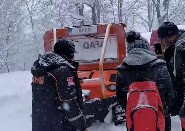 Yalova'da kar yağışı nedeniyle mahsur kalan kampçılar, yaklaşık 4 saat süren çalışma sonrası Afet ve Acil Durum (AFAD) ekipleri ve köy halkı tarafından kurtarıldı.