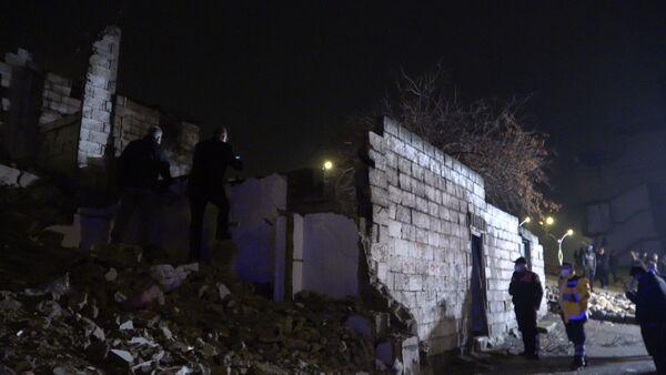 Gaziantep'te 2 katlı metrukbina çöktü, anne ve 3 çocuğuenkazdan yaralı kurtarıldı. - Sputnik Türkiye