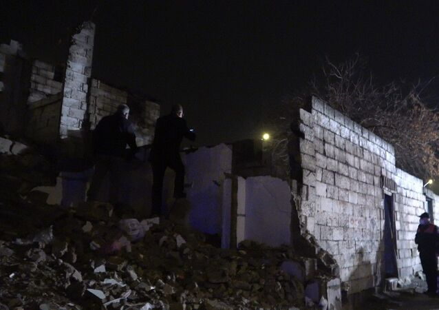 Gaziantep'te 2 katlı metrukbina çöktü, anne ve 3 çocuğuenkazdan yaralı kurtarıldı.