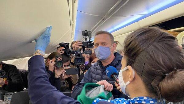 Alexey Navalny talks to journalists before coming back to Moscow from Berlin, 17 January 2020 - Sputnik Türkiye