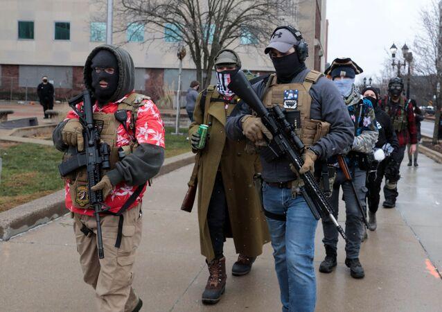 ABD'nin Michigan Eyaleti'nin başkenti Lansing'de, onlarda silahlı kişi Eyalet Meclis Binası önünde protesto eylemi düzenledi. Durumun sakin olduğu belirtildi.