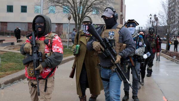 ABD'nin Michigan Eyaleti'nin başkenti Lansing'de, onlarda silahlı kişi Eyalet Meclis Binası önünde protesto eylemi düzenledi. Durumun sakin olduğu belirtildi. - Sputnik Türkiye