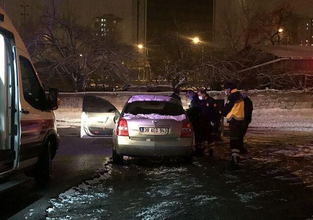 Kayseri'de kimliği belirsiz şahıslar, balta ile saldırdıkları otomobil sürücüsünü bacağından yaraladı