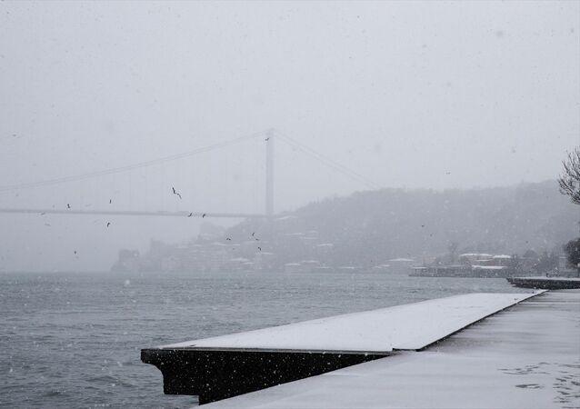 İstanbul'da erken saatlerde başlayan kar yağışıyla İstanbul Boğazı beyaza büründü.