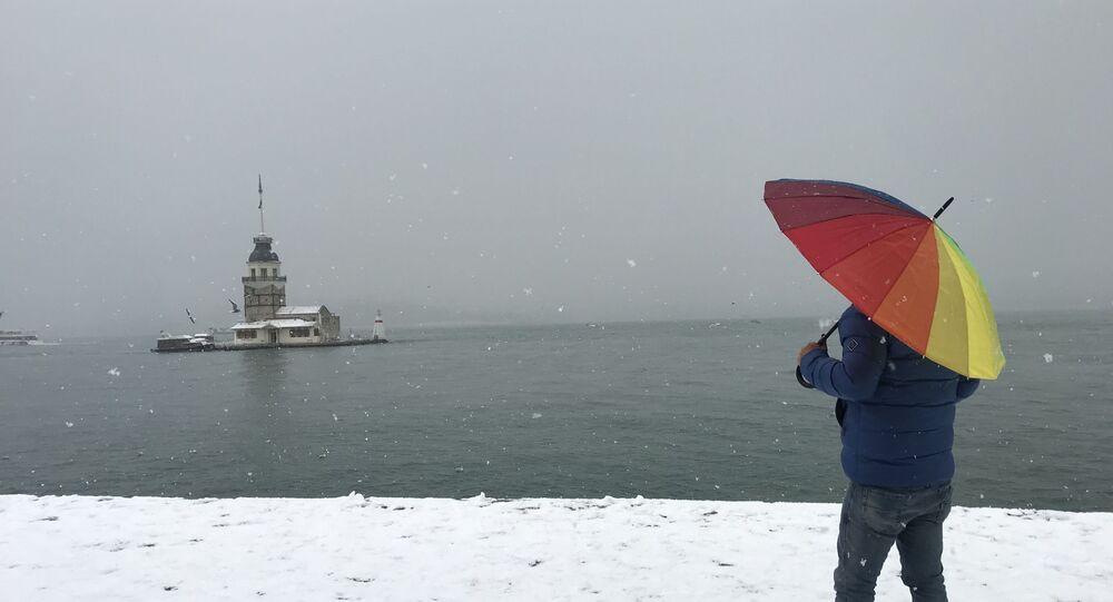 İstanbul'da meydana gelen kar yağışı sonrası Anadolu Yakası'nın birçok kesimi beyaza büründü. Üsküdar'da Kız Kulesi ise beyaz gelinliğini giydi, fotoğrafçıların akınına uğradı.