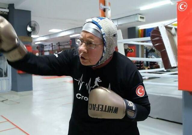 74 yaşındaki Antalya sakini boks antrenmanlarıyla parkinsona meydan okuyor