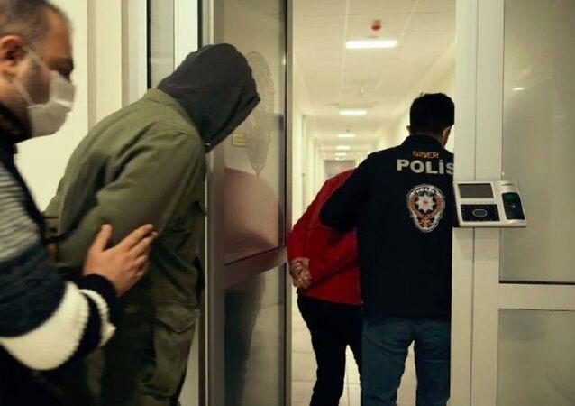 ATM cihazlarına kart kopyalama cihazı takıp vatandaşların hesaplarından para çeken iki kişi yakalandı