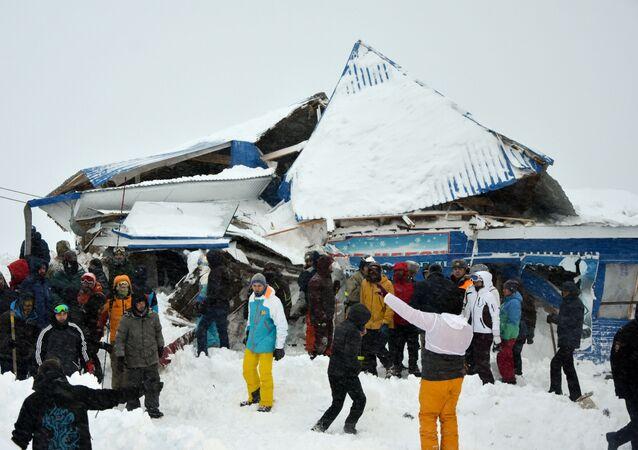 Rusya'da bir kayak merkezi çığ altında kaldı
