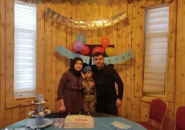 Kars'ın Sarıkamış ilçesine bağlı Karakurt-Horasan yolunda otobüs ile otomobilin çarpıştığı kazada, baba Asil Koca, anne Pakize Koca ve 4 yaşındaki Toprak Ege Koca hayatını kaybetti.
