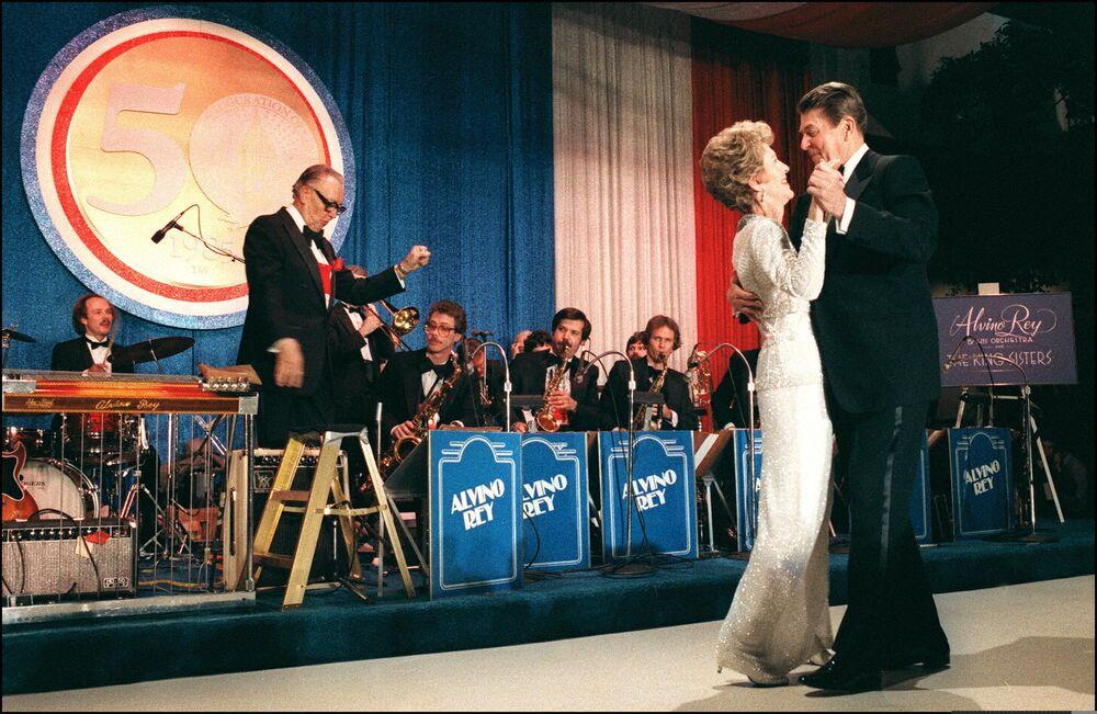 ABD'nin 40. Başkanı Ronald Reagan eşi Nancy ile göreve başlama töreni sonrası yapılan baloda dans ederken, 1985